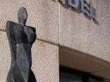CURIOSITE: la statue située à l'entrée de la salle socioculturelle